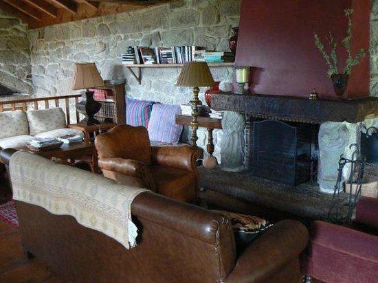 Casa Rural Vilalen: Salón con chimenea