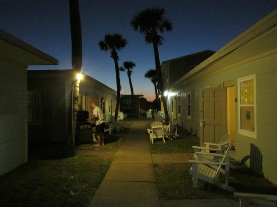 Shoreline All Suites Inn & Cabana Colony Cottages: The Sunsetting over the Units