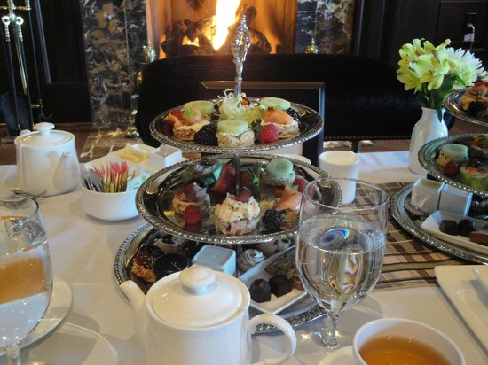 Salamander Resort & Spa : Tea by the fire in the Library