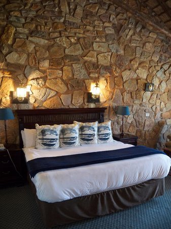 The Farm Inn : The amazing, large, super-comfortable bed!