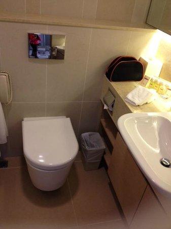 The Salisbury-YMCA of Hong Kong: Clean bathroom