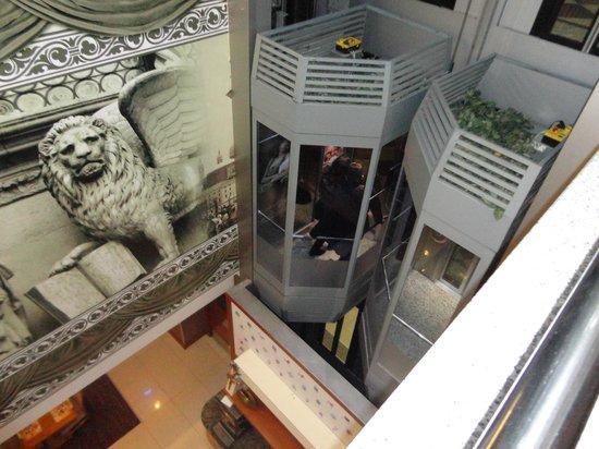 Hotel Vicenza: Hall central com elevador panorâmico