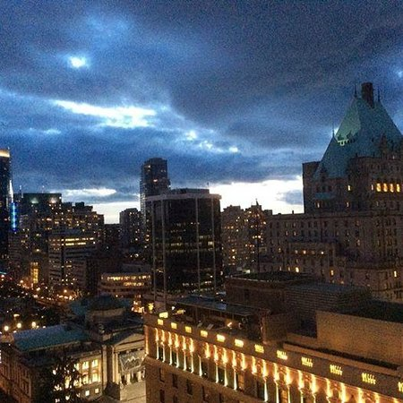 Four Seasons Hotel Vancouver: Nightime view from Executive Suite 1701.