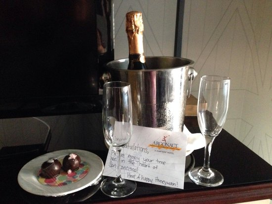 Argonaut Hotel, A Noble House Hotel: Champagne and chocolates for our honeymoon!