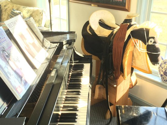 Battlefield Bed and Breakfast Inn: More grand piano