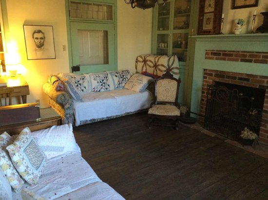 Battlefield Bed and Breakfast Inn: The sitting room next to the Graham's Battery