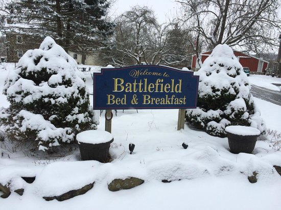 Battlefield Bed and Breakfast Inn: Front yard