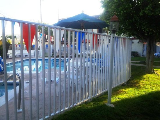 Best Western Westminster Inn: Fenced in pool area
