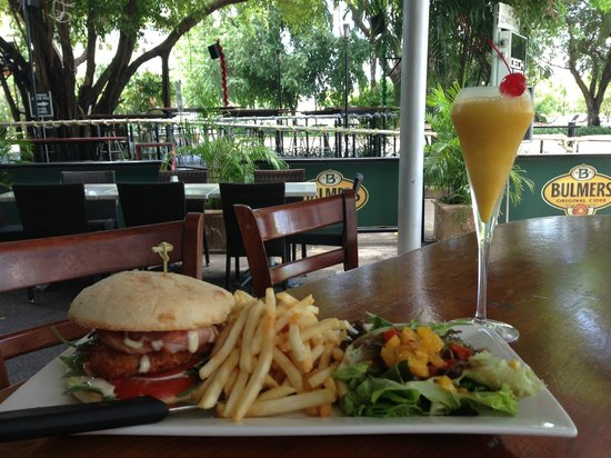 The Deck Bar: Schnitty Burger and a cocktail in the afternoon!