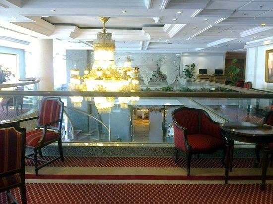 Hotel Regal Pacific: El hall principal, visto desde el segundo piso