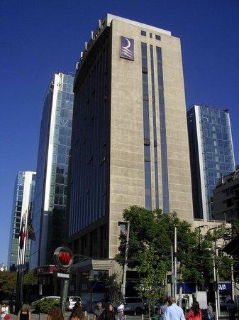 Regal Pacific Hotel: El hotel visto desde Av. Apoquindo y Rosario Norte