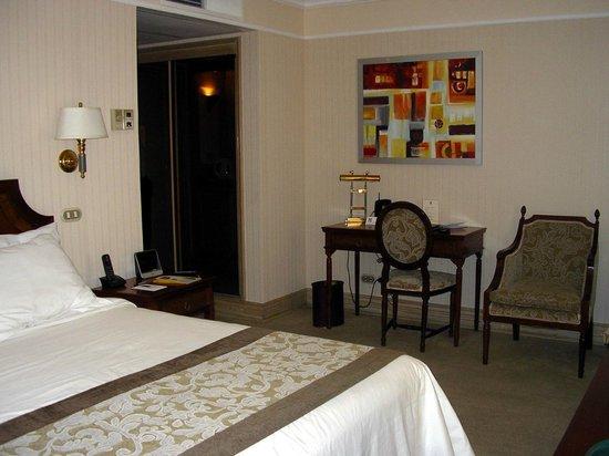 Regal Pacific Hotel: Vista de una parte de la habitación