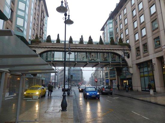 Mercure Budapest Korona Hotel: Las dos alas del hotel conectadas por un puente peatonal