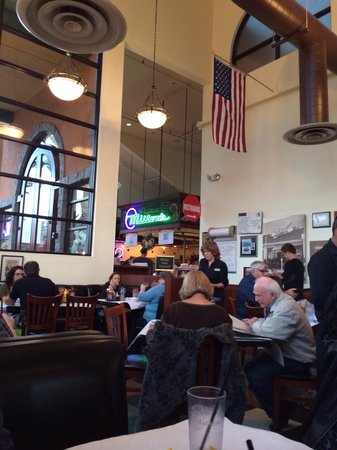 Milton's Deli Restaurant: Very high roof!