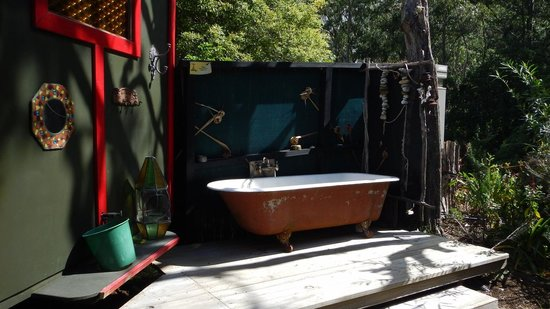 Pagoda Lodge : bathtub outside the gipsy caravan