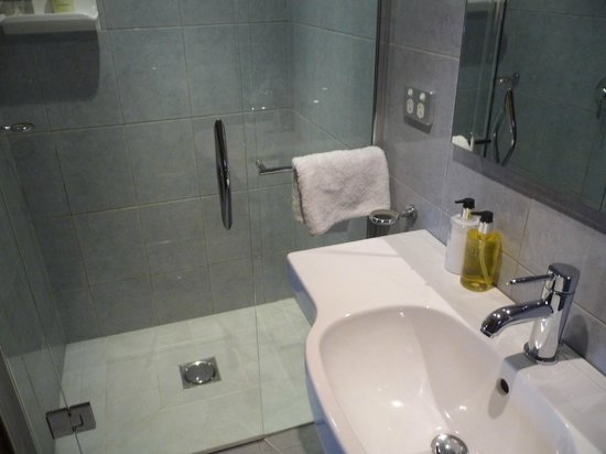 Grand Mercure Nelson Monaco Apartments: Bathroom