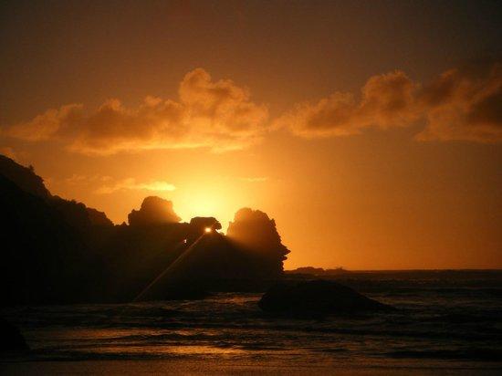 Punakaiki Beach Camp : Sunset over the Pancake Rocks
