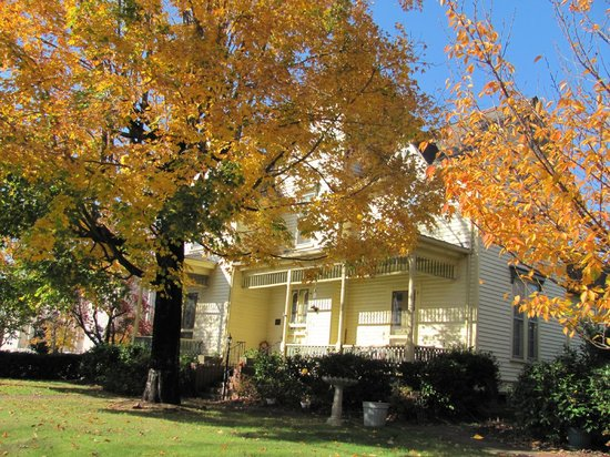 Carrier Houses Bed and Breakfast: Fall
