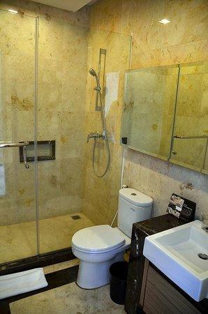 Royal Hotel: Nicely furnished bathroom