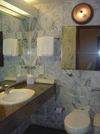 Britannia International Hotel: バスルームは古いけどOK
