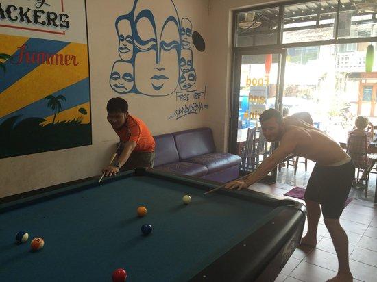 Funky Monkey Hostel: Pool time, ken is rubbish.