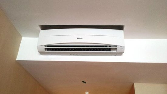 Waterfront Boutique Hotel : Air Con under-sized for room