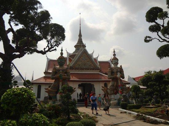 Temple de l'Aube (Wat Arun) : People start coming in
