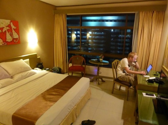 Pinnacle Lumpinee Park Hotel : Our very comfy room