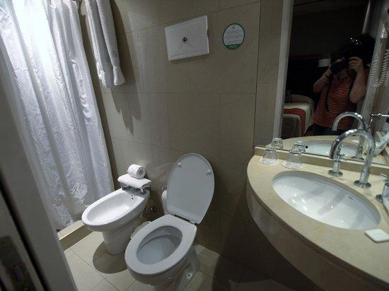 Waldorf Hotel: Salle de bains minuscule de la chambre 2