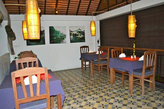 Battambang Resort: Sfeervol ingericht restaurant met s'avonds mooi uitzicht over het zwembad