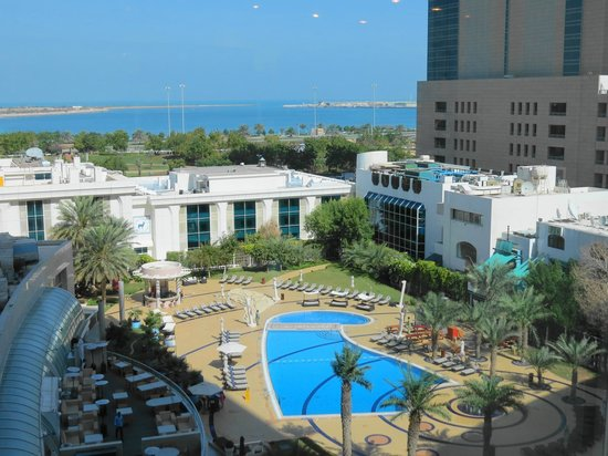 Al Ain Palace Hotel: View of the hotel taken from Le Meridien Hotel opposite