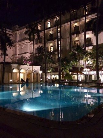 The Oberoi Grand: Evening by poolside