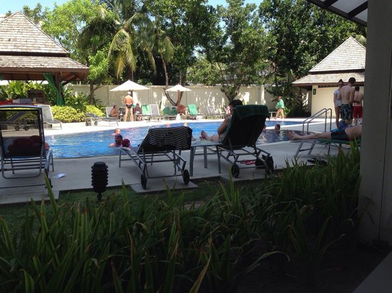 ibis Phuket Kata: Вид из лобби. В 14.00 у бассейна свободных мест почти нет.