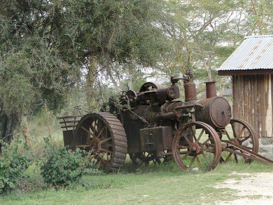 Swara Acacia Lodge: Old tractor outside classroom