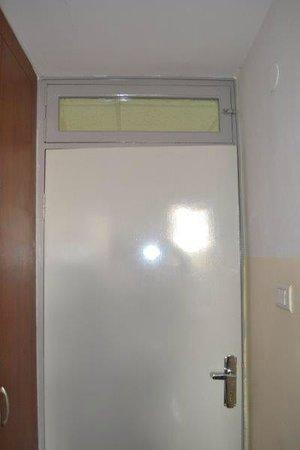 St. Thomas Home: la porta della camera da cui filtra luce tutta la notte