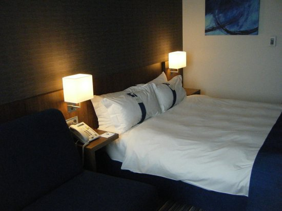 Holiday Inn Express Warsaw Airport: Bed