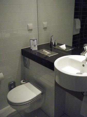 Holiday Inn Express Warsaw Airport: Bathroom