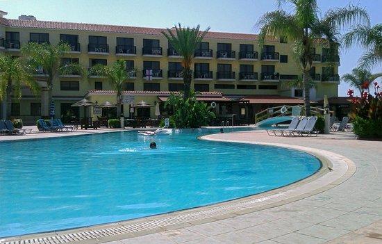 Anmaria Beach Hotel: Бассей и отель