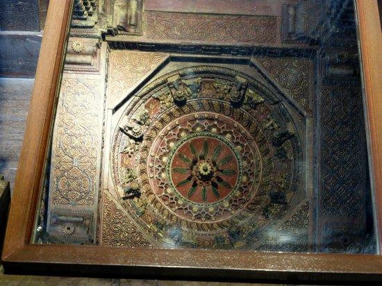 Chhatrapati Shivaji Maharaj Vastu Sangrahalaya : отражение потолка беседки будды
