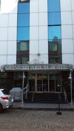 Grand Hilarium Hotel : The entrance of rhe hotel.