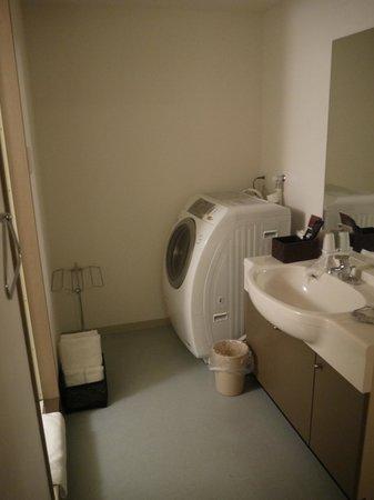 One Niseko Resort Towers: bathroom and washing machine