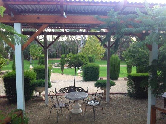 Jacobs Creek Retreat: Manicured Gardens