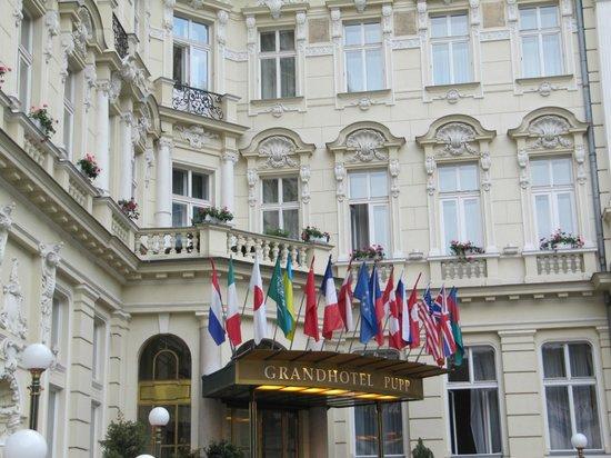 Grandhotel Pupp: Вход в отель