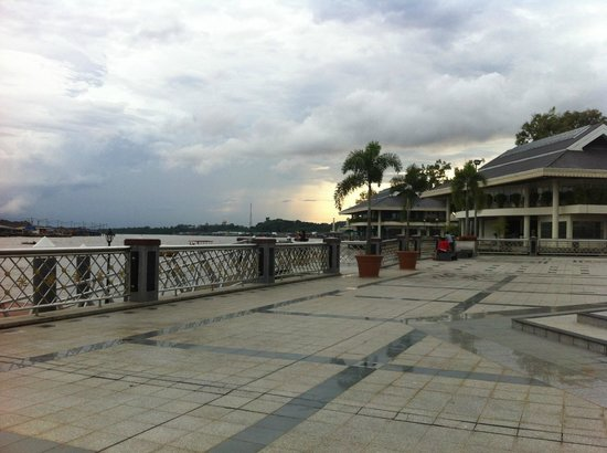 Water Village Malay Modern House : Just go down the stairs to the platform to hail a water taxi.