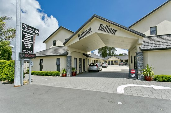 Ballinor Motor Inn: Front of Motel entrance day time