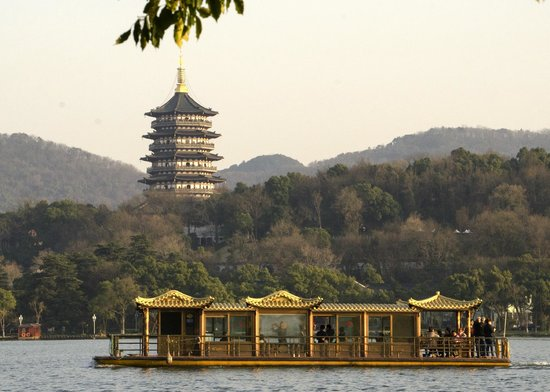 Zhejiang Xizi Hotel : Another shot from the lake looking across hotel grounds to Lifeng temple