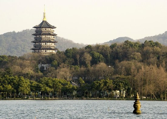 Zhejiang Xizi Hotel : Shot from the lake of hotel grounds with Lifeng temple in background