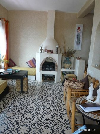 Dar Janoub Maison d'Hôtes : Salle à manger coin cheminée