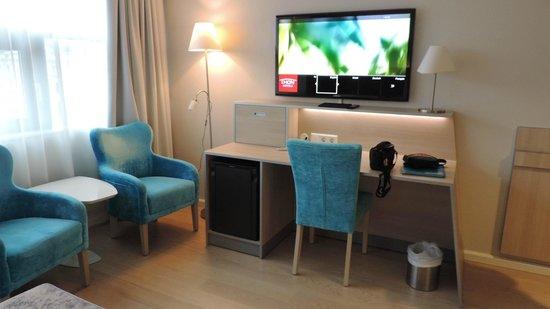 Thon Hotel Opera: partie bureau de la chambre, l'accès wifi est super easy