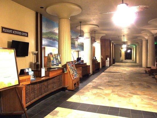 Royal Kona Resort: フロント。ノスタルジックな雰囲気☆